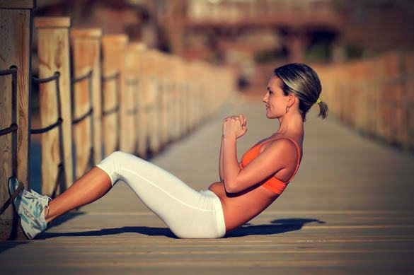 Fit-girl-doing-crunches